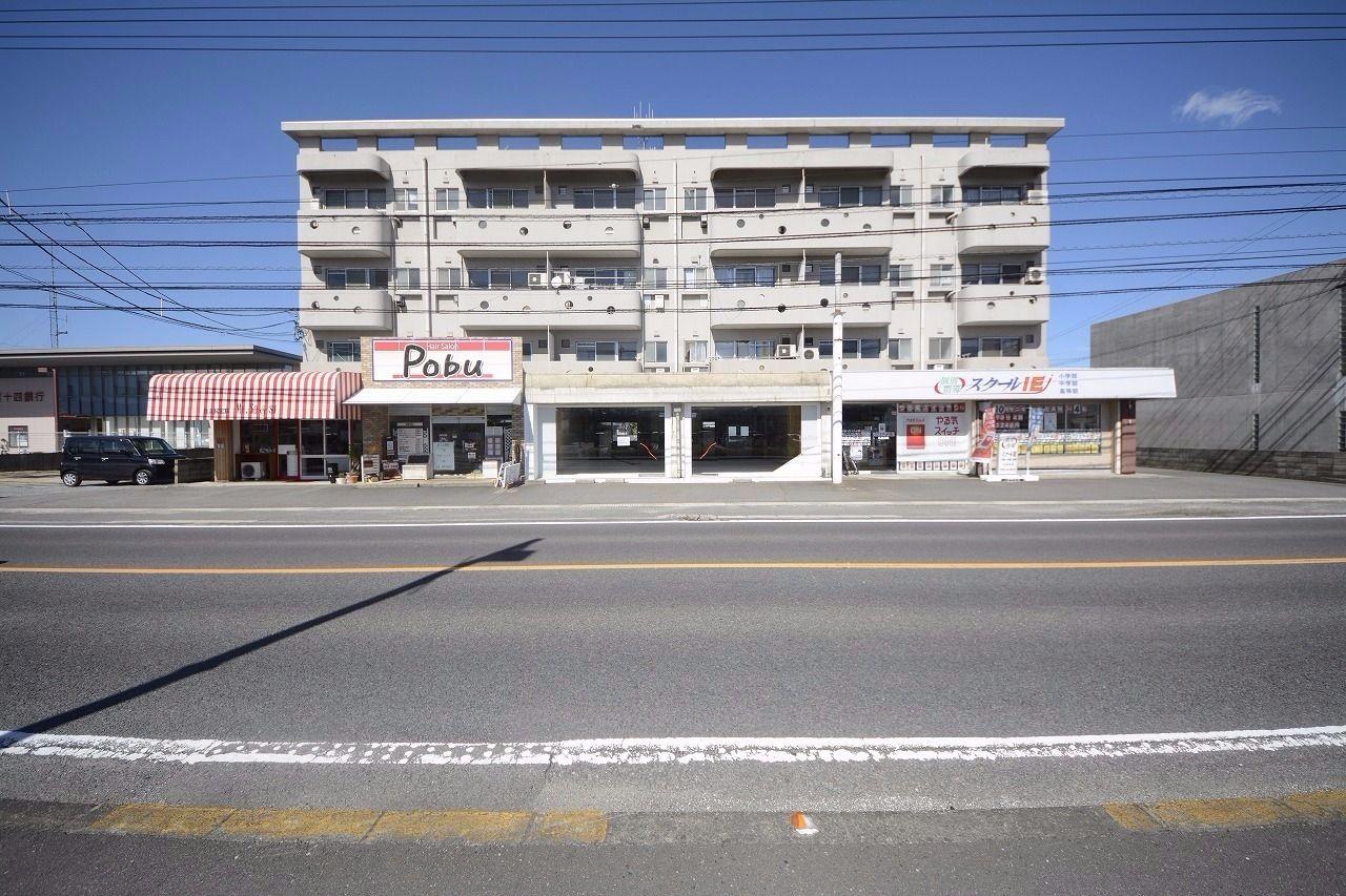 仏生山町の三木国分寺線沿いに建つロードサイドの店舗