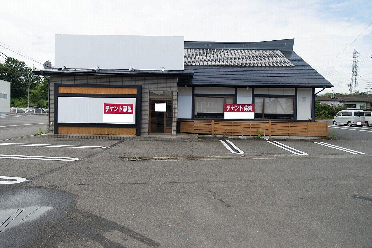 東かがわ市の国道11号線沿いに建つ飲食店跡の店舗