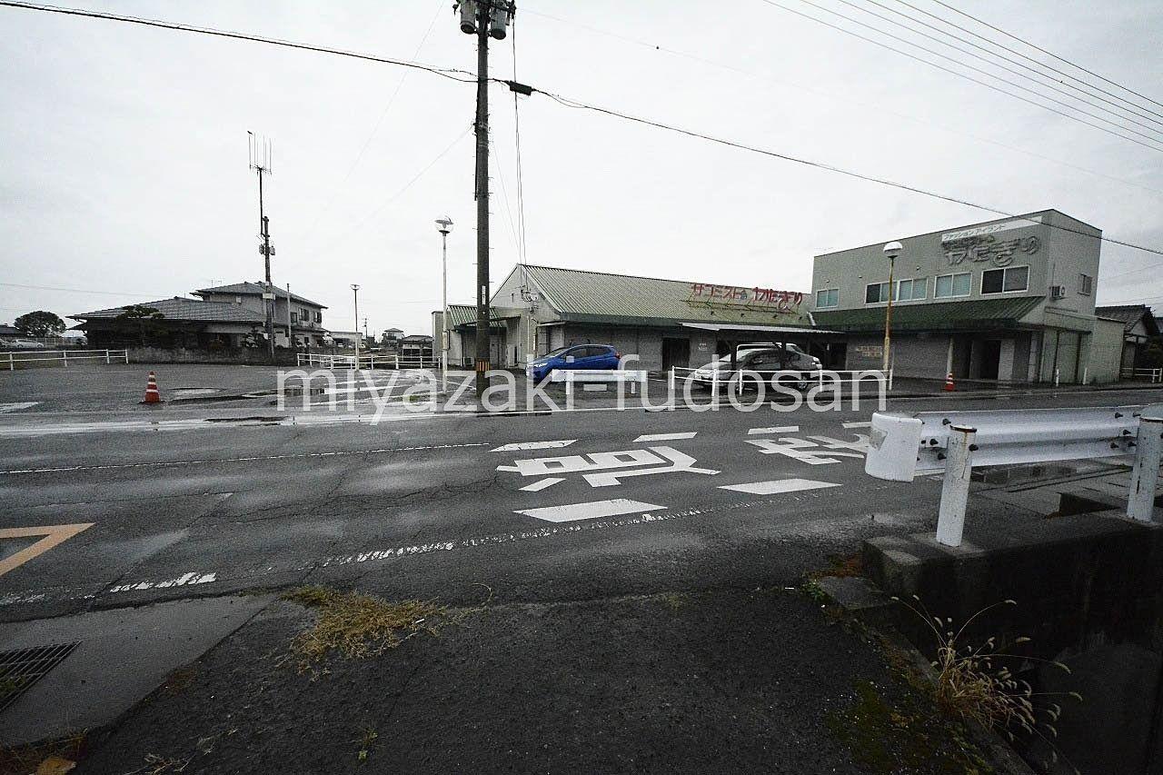 善通寺市・駐車場の多い洋服店跡の店舗